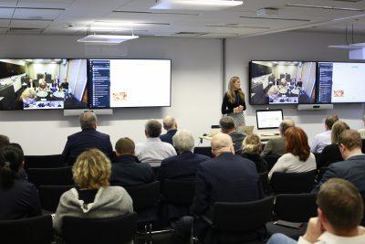 Śniadanie biznesowe z technologią wideokonferencyjną